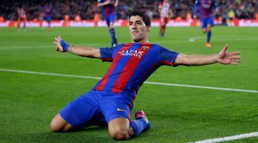 Striker Barcelona Luis Suarez merayakan gol ke gawang Atletico Madrid pada leg kedua semifinal Copa del Rey di Estadio Camp Nou, Spanyol, Selasa (7/2). Barcelona lolos ke final Copa del Rey dengan keunggulan aggregat 3-2. (AP Photo/Manu Fernandez)