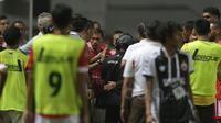 Wasit Fariq Hitaba memutuskan untuk melihat tayang ulang sebelum mengambil keputusan saat  Persija melawan PS TNI  pada laga Liga 1 2017 di Stadion Pakansari, Bogor, (8/6/2017). (Bola.com/Nicklas Hanoatubun)