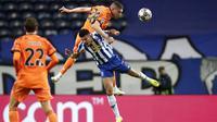 Bek Juventus, Merih Demiral, duel udara dengan pemain Porto, Luis Diaz, pada laga Liga Champions di Stadion Dragao, Kamis (18/2/2021). Porto menang dengan skor 2-1. (AP/Luis Vieira)
