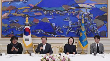 Presiden Korea Selatan Moon Jae-in mengundang sutradara Bong Joon Ho dan pemain serta tim film Parasite untuk makan siang di Blue House, Seoul, Kamis (20/2/2020). Presiden Moon mengundang Sutradara Bong Joon Ho dan seluruh tim untuk merayakan kemenangan Parasite di Oscar 2020. (KIM HONG-JI/AFP)