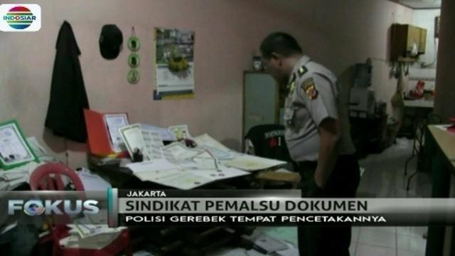 Polda Jabar bersama Polsek Tambora, Jakarta Barat, menggerebek rumah yang dijadikan tempat pemalsuan dokumen.
