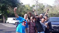 Tujuh atlet legenda Indonesia berfoto bersama di kawasan Prambanan, Yogyakarta, dalam rangkain acara Torch Relay Asian Games 2018, Rabu (18/7/2018), (Bola.com/Yus Mei Sawitri)