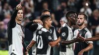 Para pemain Juventus merayakan gol yang dicetak Cristiano Ronaldo ke gawang Leverkusen pada laga Liga Champions di Stadion Juventus, Turin, Selasa (1/10). Juventus menang 3-0 atas Leverkusen. (AFP/Isabella Bonotto)