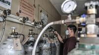 Aktivitas pengisian ulang tabung oksigen di agen isi ulang oksigen kawasan Kalimalang, Jakarta, Rabu (27/1/2021). Arif, salah seorang pekerja mengungkapkan permintaan oksigen untuk kebutuhan medis rumahan meningkat 50 persen sejak pandemi Covid-19 mewabah di Jakarta. (merdeka.com/Iqbal S Nugroho)