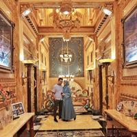 Arie K Untung berkesempatan mengunjungi rumah berlapis emas di Palu, Sulawesi Tengah (Dok. Instagram/@ariekuntung/https://www.instagram.com/p/B4s_isMHwZ-/Komarudin)