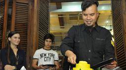 Ahmad Dhani memotong tumpeng pada acara syukuran film 'Kampung Zombie', Pondok Indah, Jakarta Selatan, Senin (7/12/2014). (Liputan6.com/Panji Diksana)