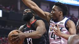 Pemain Houston Rockets, James Harden (13) mencoba melewati adangan pemain Utah Jazz, Donovan Mitchell pada playoff game kedua NBA basketball di Toyota Center, Houston, (2/5/2018). Utah Jazz menang 116-108. (AP/Eric Christian Smith)