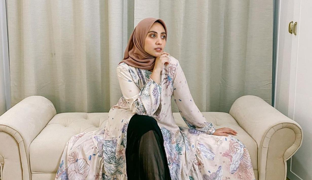 Rifkiya Binti Idrus Zainal Abidin atau yang lebih dikenal dengan nama Vicky Alaydrus kerap tampil dengan baju gamis. Kendati demikian, ia tetap dapat tampil stylish. (Liputan6.com/IG/vickyalaydrus)
