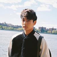 Tak hanya pandai dalam menyanyi dan dance, Minho SHINee juga dianugerahi dengan wajah yang tampan. Namun siapa yang menyangka jika ia belum mempunyai kekasih. (Foto: soompi.com)