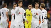 Pemain Tottenham Hotspur merayakan kemenangan atas Real Madrid pada pertandingan keempat Grup H Liga Champions di Stadion Wembley, Rabu (1/11). Tottenham Hotspur menaklukkan sang juara bertahan Real Madrid, 3-1. (AP/Matt Dunham)