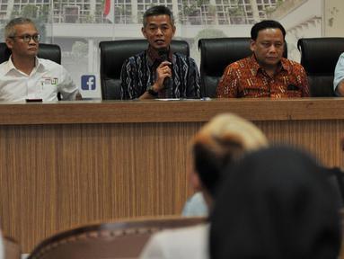Komisioner KPU Wahyu Setiawan, Ketua Bawaslu Abhan, Direktur Program TKN Jokowi-Ma'ruf Aria Bima dan Direktur Relawan BPN Prabowo-Sandi Ferry Mursyidan Baldan memberikan keterangan mengenai hasil rapat persiapan Debat Capres keempat di Jakarta, Senin (25/3). (merdeka.com/Iqbal S Nugroho)