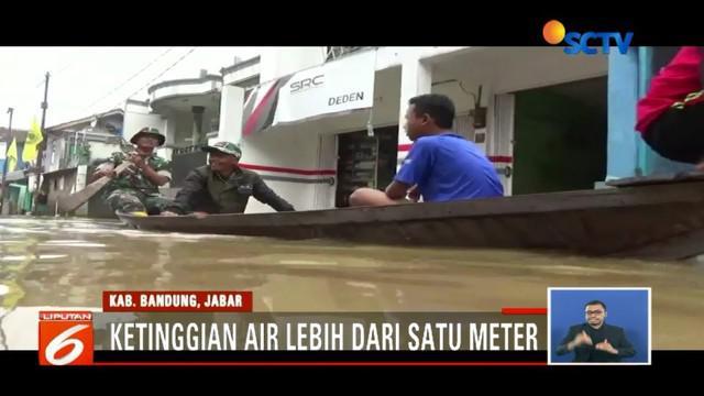 Kampung Bojong Asih, Bandung, Jawa Barat, banjir satu meter akibat Sungai Citarum meluap.