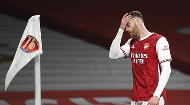 Reaksi pemain Arsenal Calum Chambers saat melawan Everton pada pertandingan Liga Inggris di Emirates Stadium, London, Inggris, Jumat (23/4/2021). Arsenal kalah 0-1 dari Everton. (Michael Regan/Pool via AP)