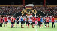 Madura United saat melakukan viking clap setelah pertandingan di Stadion Gelora Madura, Pamekasan (28/5/2019). (Bola.com/Aditya Wany)