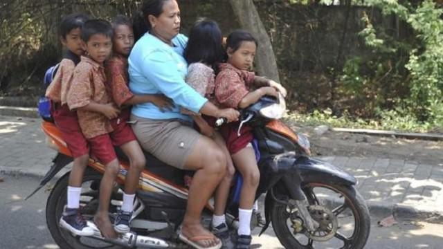 Sering diremehkan dalam berbagai hal, namun para emak ini malah menunjukkan kelebihan.