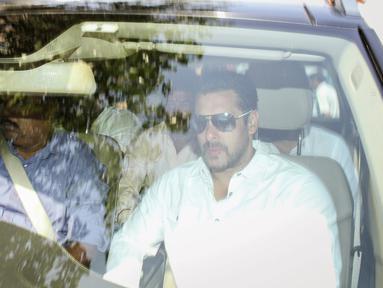 Aktor Bollywood, Salman Khan (kanan) berada dalam mobil saat meninggalkan pengadilan di Mumbai, India, Rabu (6/5/2015). Salman dijatuhi hukuman penjara lima tahun setelah terbukti bersalah dalam kasus tabrak lari pada 2002. (REUTERS/Stringer)