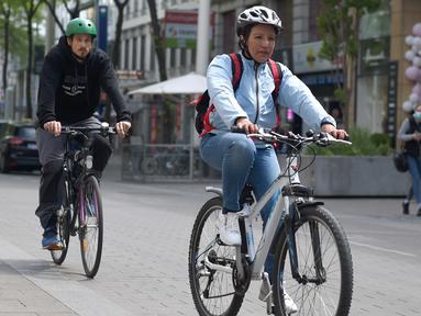 Sejumlah pengendara sepeda terlihat di sebuah jalan di Wina, Austria, (13/5/2020). Menurut Transport Club Austrian, semakin banyak warga Wina memilih bepergian menggunakan sepeda selama pandemi. (Xinhua/Guo Chen)