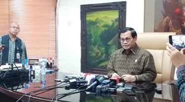 Seskab Pramono Anung menyatakan Presiden Jokowi mengizinkan sejumlah menteri maju sebagai caleg di Pileg 2019. (Liputan6.com/ Hanz Jimenez Salim)
