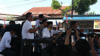 Bakal calon gubernur Sulteng, Rusdy Mastura melambaikan tangan saat meninggalkan kantor KPU Sulteng usai mendaftar untuk ikut Pilgub tahun 2020, Sabtu (5/9/2020). (Foto: Liputan6.com/ Heri Susanto).