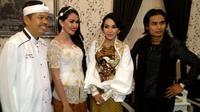 Kartika Putri, Dewi Gita, Charly van Houten bersama Bupati Purwakarta, H. Dedy Mulyadi [Foto: Sapto Purnomo/Liputan6.com]