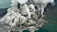 Aktivitas Gunung Anak Krakatau dari udara yang terus mengalami erupsi, Minggu (23/12). Dari ketinggian Gunung Anak Krakatau terus mengalami erupsi dengan mengeluarkan kolom abu tebal. (Liputan6.com/Pool/Susi Air)