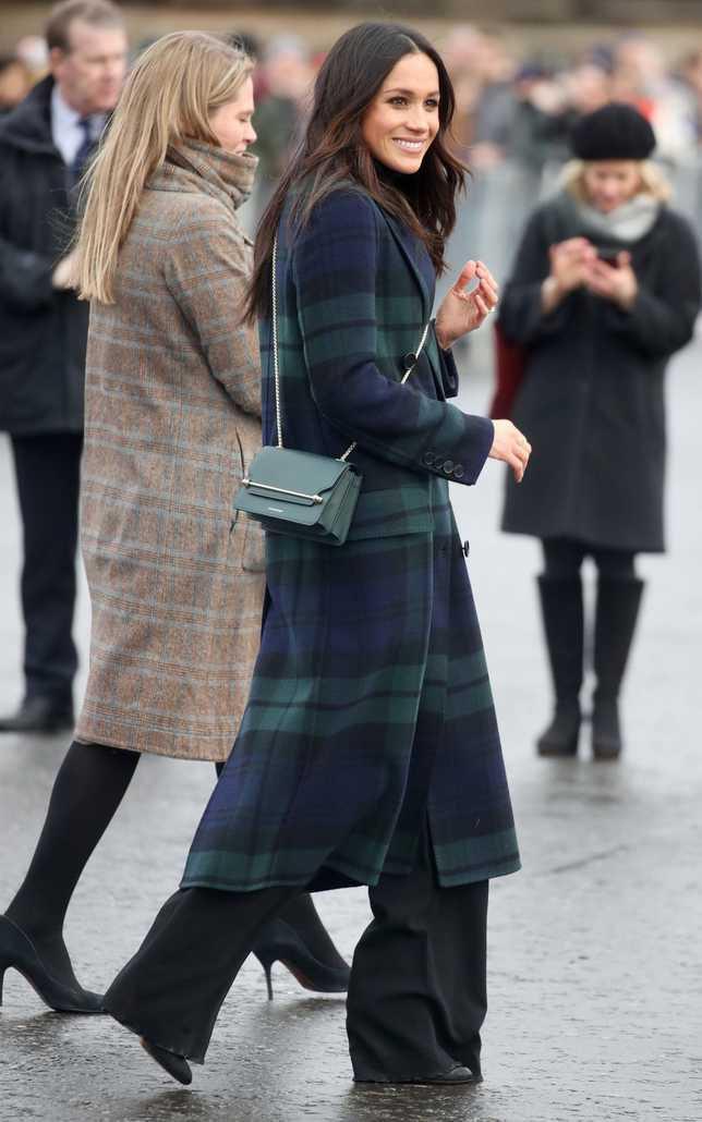 Meghan pakai coat dari Burberry. Credit: via telegraph.co.uk