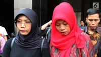 Terpidana kasus pelanggaran UU ITE, Baiq Nuril (kanan) usai menemui Jaksa Agung HM Prasetyo di gedung Kejaksaan Agung, Jakarta, Jumat (12/7/2019). Kedatangan Baiq Nuril itu untuk mengajukan penangguhan eksekusi. (Liputan6.com/Johan Tallo)