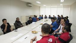 Peserta grand final Super Soccer Futsal Battle 2017 mengadakan media visit di Kantor Redaksi Bola.com, Jakarta, Selasa (17/10/2017). Grand final akan digelar di Bintaro Exchange pada 21-22 Oktober mendatang. (Bola.com/Vitalis Yogi Trisna)