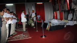 Sejumlah kerabat menshalatkan jenazah Alm Suhardi sebelum melakukan upacara pelepasan di kantor DPP Partai Gerindra, Jakarta, (29/8/2014). (Liputan6.com/Helmi Fithriansyah)