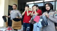 Unit Resmob Polrestabes Surabaya menangkap dua Warga Negara Asing (WNA) asal Aljazair, yang nekat melakukan pencurian di Tunjungan Plaza Surabaya. (Suarasurabaya.net)