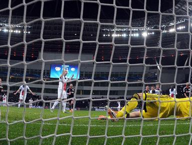 Kiper Bayer Leverkusen Bernd Leno gagal menyelamatkan tembakan dari Zlatan Ibrahimovic pada putaran leg pertama 16 besar Liga Champions antara Bayer Leverkusen vs Paris Saint-Germain (PSG) di Leverkusen, Jerman Barat pada 19 Februari 2014 (AFP/Federico Ga