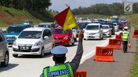 Petugas kepolisian mengatur lalu lintas di jalur arah Jakarta Tol Cipali, Jawa Barat, Kamis (29/6). Sejumlah kepolisian disiagakan untuk mengatur lalu lintas di Tol Cipali yang semakin padat oleh pemudik arus balik. (Liputan6.com/Faizal Fanani)