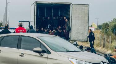 Para migran berada di dalam  truk berpendingin yang ditemukan oleh polisi di sebuah jalan tol, Yunani utara, Senin (4/11/2019). Penemuan setelah polisi menghentikan truk untuk pemeriksaan rutin dan menemukan sebanyak 41 migran yang diduga dari Afghanistan. (Stavros Karypidis/xanthinews.gr via AP)
