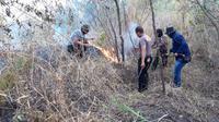 Dipimpin Kapolsek Tarogong kaler Ipda Asep Saepudin, nampak beberapa petugas gabungan TNI dan Polri tengah mengupayakan pemadaman kebaran hutan di blok lereng gunung Guntur, Garut (Liputan6.com/Jayadi Supriadin)