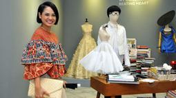 Andien mengenakan batik berdesain unik saat menghadiri pameran busana karya Didi Budiarjo di Museum Tekstil, Kamis (15/1/2015). (Liputan6.com/Panji Diksana)