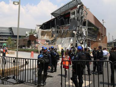 Pusat perbelanjaan Mal Artz Pedregal yang baru dibuka roboh di Mexico City, Meksiko, Kamis (12/7). Tidak ada korban jiwa dalam peristiwa yang diduga karena kegagalan konstruksi tersebut. (AP Photo/Anthony Vazquez)Pusat perbelanjaan Artz Pedregal yang baru