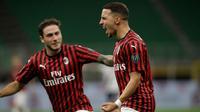 Gelandang AC Milan, Ismael Bennacer (kanan) berselebrasi usai mencetak gol ke gawang Bologna pada pertandingan lanjutan Liga Serie A Italia di stadion San Siro di Milan, Italia, Sabtu, (18/7/2020). AC Milan menang telak 5-1 atas Bologna. (AP Photo/Luca Bruno)