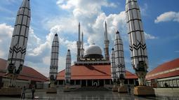 Masjid Agung Semarang terletak di Jawa Tengah. Dibangun sejak tahun 2001 hingga selesai secara keseluruhan pada tahun 2006. Masjid terlihat semakin cantik apabila payung di sekitar masjid ini mengembang bersamaan. (Istimewa)