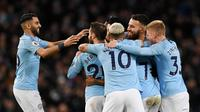 Para pemain Manchester City merayakan gol yang dicetak oleh Raheem Sterling ke gawang Watford pada laga Premier League 2019 di Stadion Etihad, Sabtu (9/3). Manchester City menang 3-1 atas Watford. (AFP/Paul Ellis)