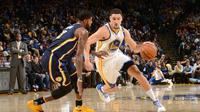 Shooting guard Golden State Warriors, Klay Thompson, mencetak 60 poin untuk membantu timnya mengalahkan Indiana Pacers di Oracle Arena, Senin (5/12/2016). (NBA)