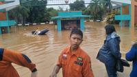 Banjir mengepung Perumahan Bumi Nasio Indah, Kota Bekasi. Petugas BPBD mengevakuasi warga di perumahan yang menjadi langganan banjir setiap tahunnya. Foto: Istimewa