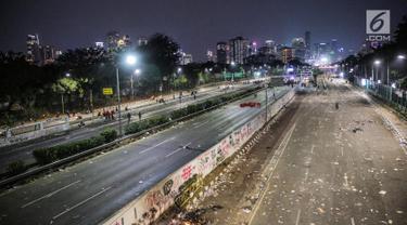 Suasana Jalan Tol Dalam Kota dan Jalan Gatot Soebroto pasca demonstrasi mahasiswa di depan Gedung DPR/MPR, Jakarta, Selasa (24/9/2019). Demonstrasi mahasiswa di depan gedung DPR RI berujung ricuh, polisi menembakkan gas air mata dan water cannon untuk membubarkan demo. (Liputan6.com/Faisal Fanani)