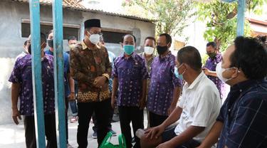 Bupati Sidoarjo Ahmad Muhdlor Ali meninjau keluarga korban Covid-19. (Dian Kurniawan/Liputan6.com)