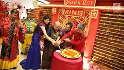 Pemotongan kue keranjang di Senayan City, Jakarta, Kamis (8/2). Acara yang mendapat penghargaan dari Museum Rekor Indonesia (MURI) ini  berhasil menyajikan kue keranjang terbanyak hingga 7.388 potong. (Liputan6.com/Immanuel Antonius)