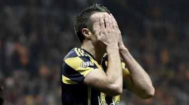 Penyelamatan hebat yang dilakukan kiper İstanbul Başakşehir, Volkan Babacan yang berhasil menahan bola dari sundulan eks Manchester United dan Arsenal, Robin Van Persie pada laga melawan Fenerbahce di Liga Turki akhir pekan lalu.