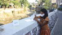 XL Axiata menyalurkan bantuan akses internet bagi anak-anak yang bersekolah informal Sekolah Sungai di bantaran sungai Yogyakarta, untuk mendukung PJJ (Foto: XL Axiata)