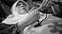 Lebih sepuluh tahun artis senior Aminah Cendrakasih tak bisa bebas beraktifitas akibat penyakit glaukoma yang dideritanya. Bahkan, lima tahun belakangan, Aminah hanya  di atas tempat tidur. (Adrian Putra/Bintang.com)