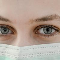 Ilustrasi mengenakan masker untuk mencegah virus corona masuk ke dalam tubuh | unsplash.com/@anikolleshi