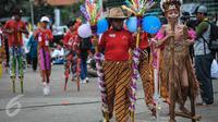 Seorang anak mengenakan pakaian adat saat meramaikan pemecahan rekor dunia egrang dalam rangkaian TAFISA World Games 2016 di Kemayoran, Jakarta, Sabtu (8/10). Pemecahan rekor dunia ini diikuti 2.016 anak SD dan SMP se-DKI. (Liputan6.com/Faizal Fanani)