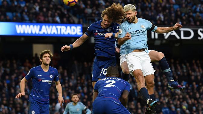 Duel udara yang dilakukan David Luis dan Aguero pada laga lanjutan Premier League yang berlangsung di stadion Etihad, Manchester, Minggu (10/2). Manchester City menang 6-0 atas Chelsea. (AFP/Paul Ellis)